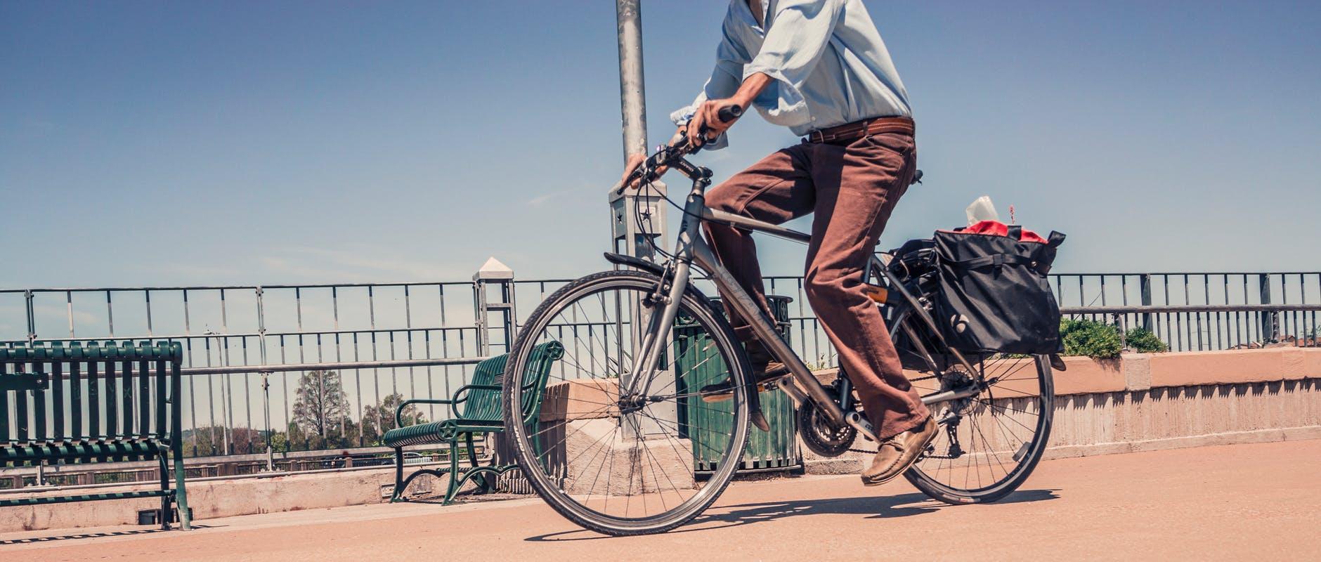 poster image 10 raisons d'aller au boulot à vélo dès aujourd'hui. Plus de tracas pour pannes d'essences. - 10 raisons d'aller au boulot à vélo dès aujourd'hui.