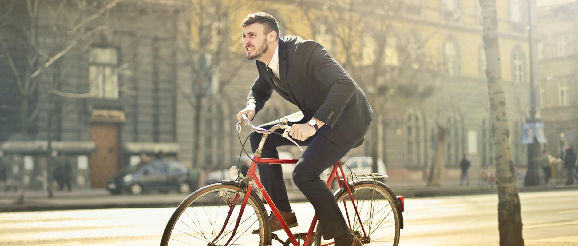 poster image 10 raisons d'aller au boulot à vélo dès aujourd'hui. Un moyen économique - 10 raisons d'aller au boulot à vélo dès aujourd'hui.
