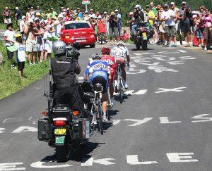 Équipe de télévision à vélo 300x243 - Tour de France: voici quelques faits amusant