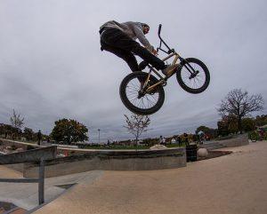 cycliste BMX 300x241 - Vélo BMX: voici son histoire