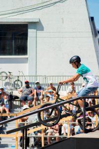 garçon vélo vert BMX 200x300 - Vélo BMX: voici son histoire