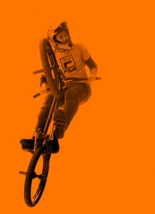 homme vélo BMX 218x300 - Vélo BMX: voici son histoire