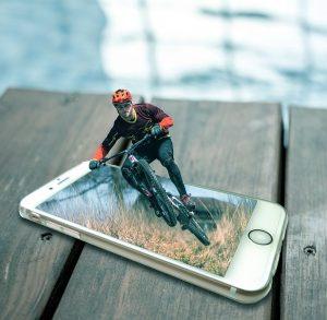 téléphone intelligent cycliste 300x293 - Les meilleures applications d'entraînement pour cyclistes